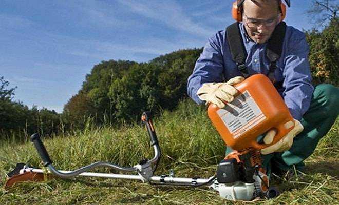 ✅ Какой бензин заливают в газонокосилки: какое масло и сколько лить в мотокосу